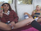 Vidéo porno mobile : Two teens eat the cock of Mister Ice Cream